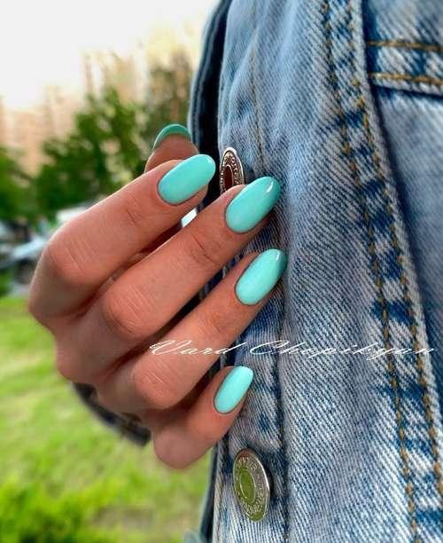 Бирюзовый гель-лак на ногтях