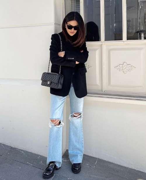 Голубые джинсы с рваными коленями
