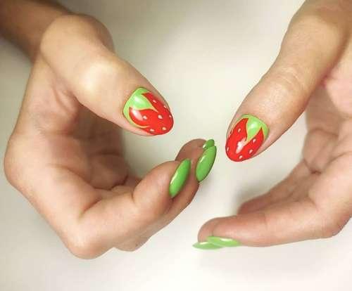 Клубнички на ногтях