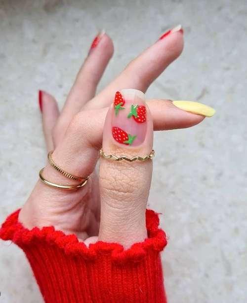 Яркие клубнички на ногтях
