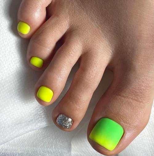 Желто-зеленый педикюр