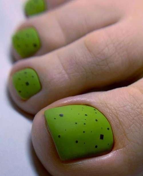 Матовый педикюр зеленого цвета