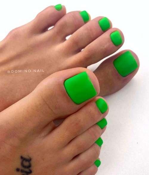 Яркий зеленый педикюр