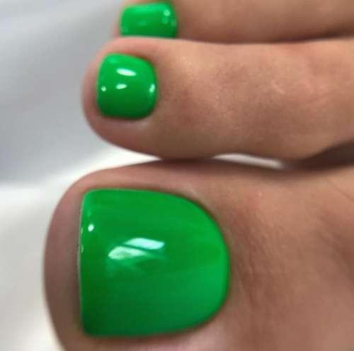 Красивый цвет зеленого педикюра