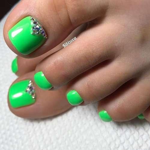 Зеленый со стразами педикюр