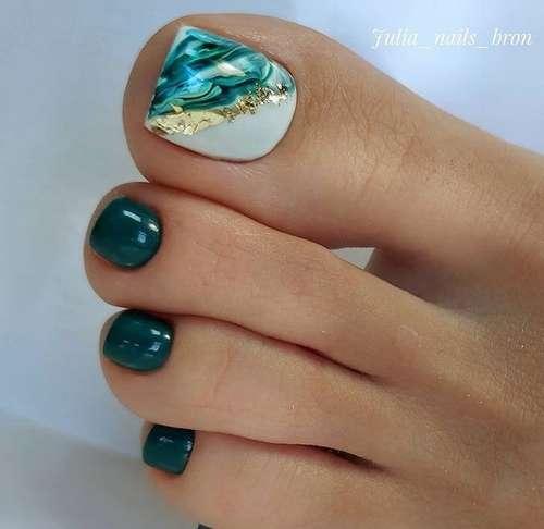 Зеленый педикюр на море