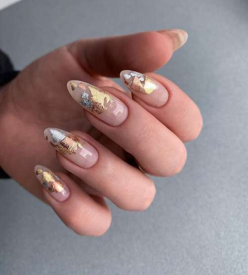 Поталь на прозрачных ногтях