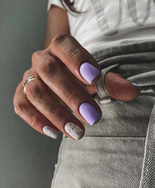 Короткие ногти и золотой декор