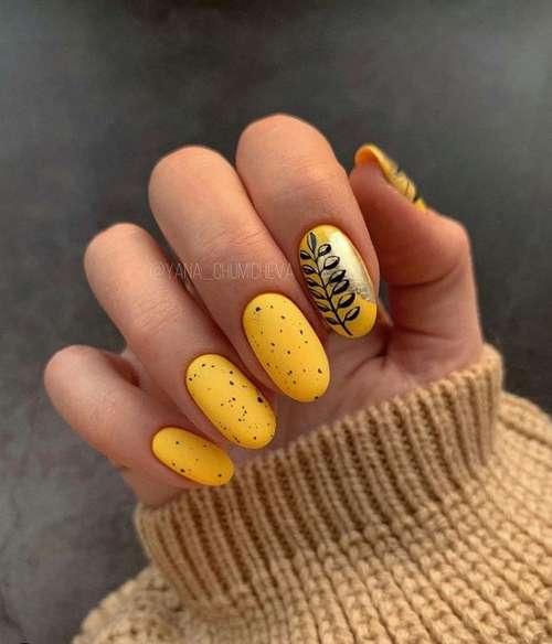 Желтый маникюр с золотом