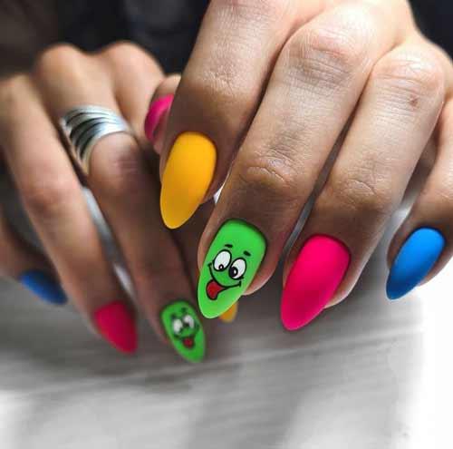 Разный цвет ногтей