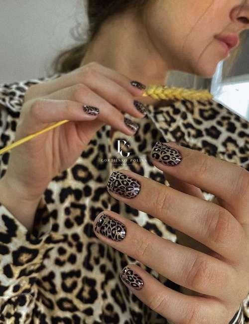 Короткие ногти черные с золотом