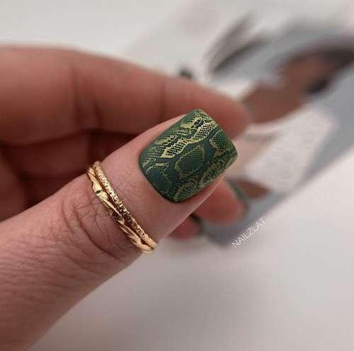 Принт змея на ногтях