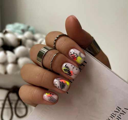 Мазки с надписями на ногтях