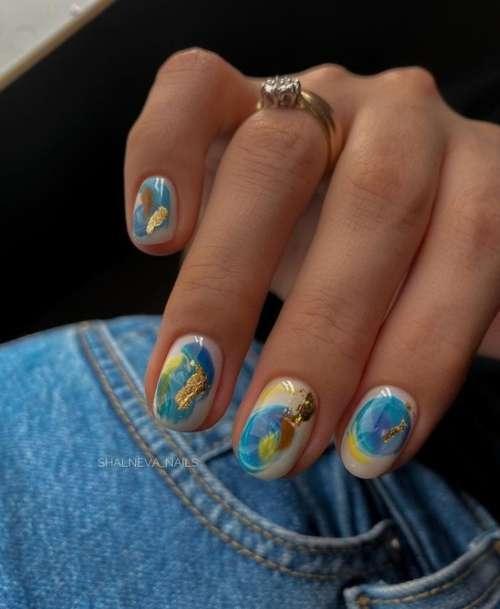 Яркие мазки на ногтях