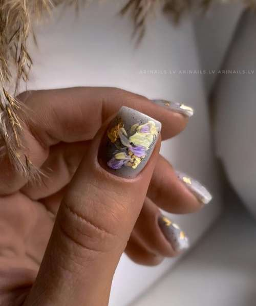 Мазки на серых ногтях