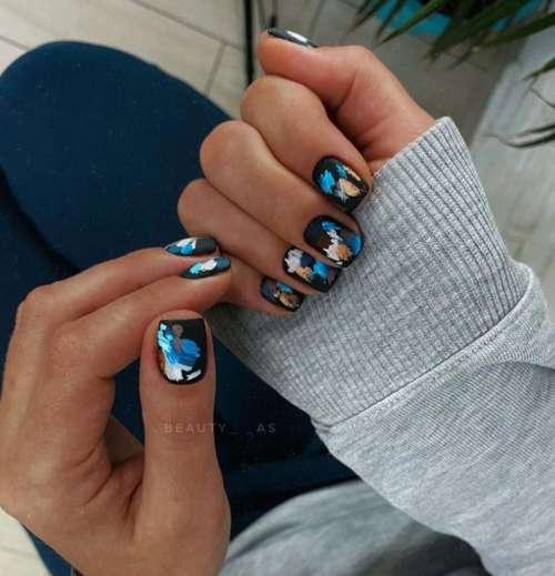Мазки на черных ногтях