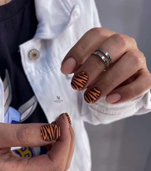 Оранжевый маникюр с зеброй