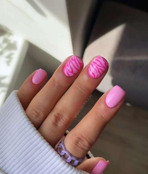 Розовый принт зебра на ногтях