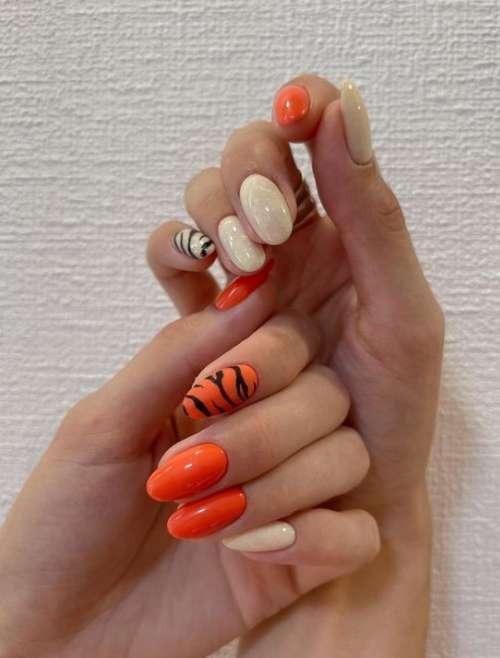 Оранжевый маникюр зебра