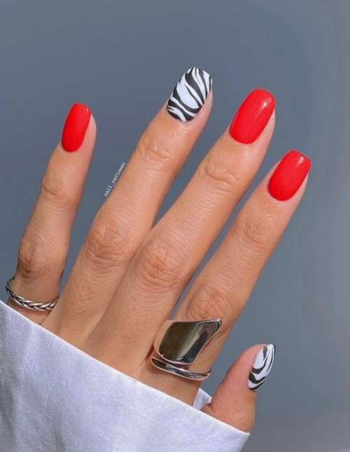 Красный маникюр с принтом зебра