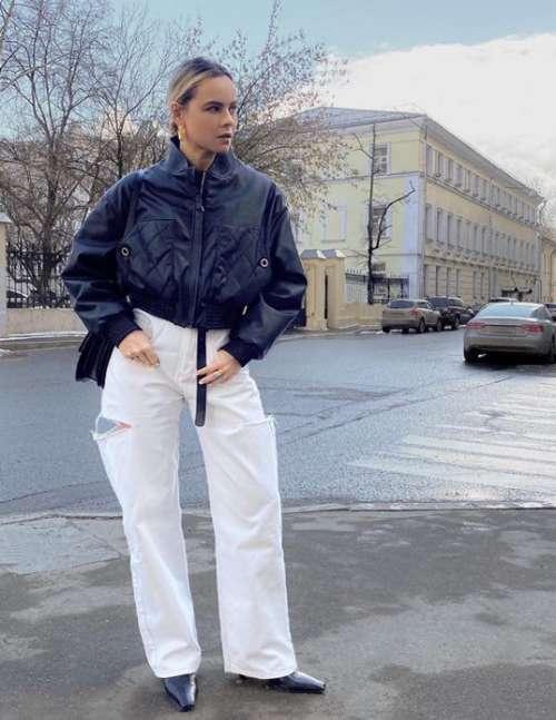 Короткий пуховик с белыми джинсами